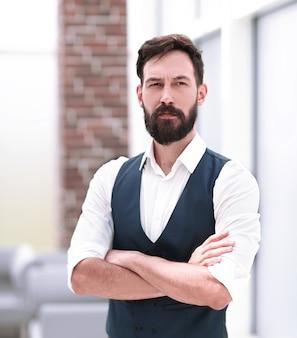 Uomo d'affari in piedi in un ufficio moderno