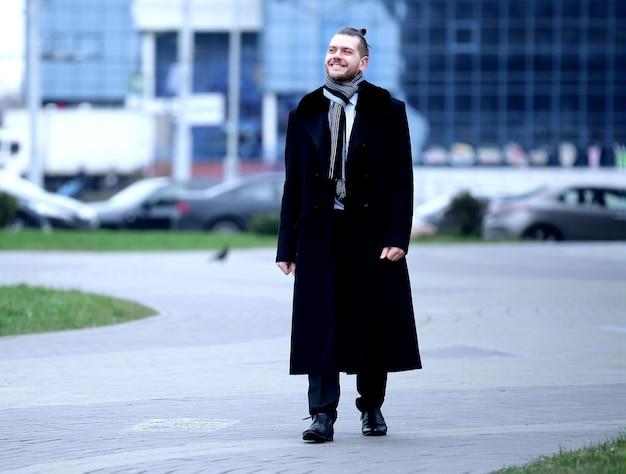 Uomo d'affari in piedi sulla strada di una grande città.