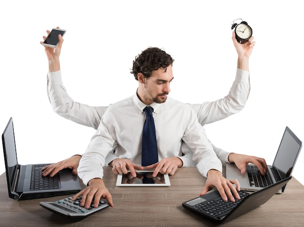 L'uomo d'affari stressato da troppe attività lavora in ufficio