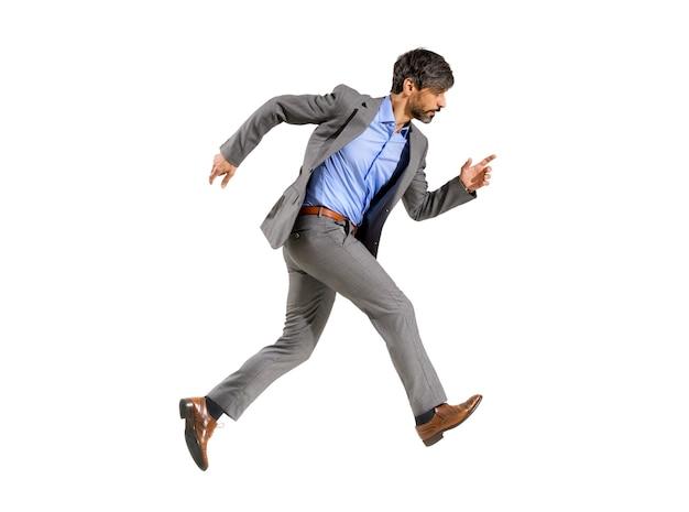 Uomo d'affari in un vestito alla moda che cammina molto velocemente in fretta