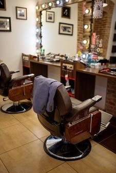 Vestito dell'uomo d'affari sulla poltrona da parrucchiere. aprire una piccola impresa dopo la quarantena.