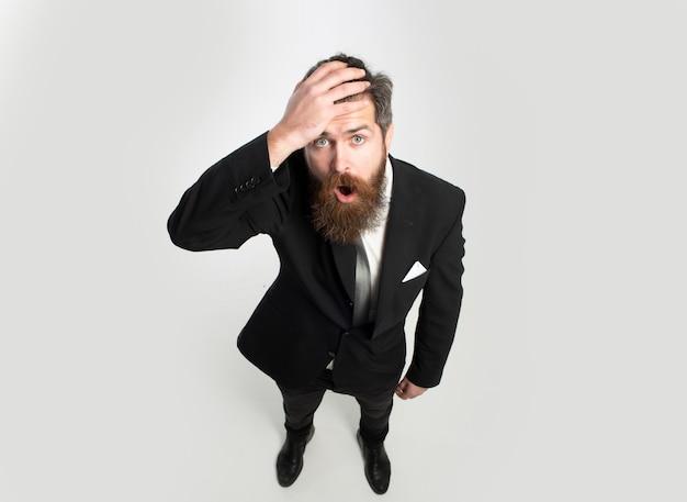 Uomo d'affari in tuta emozioni eccitate uomo d'affari oberato di lavoro meme emozioni divertenti vista dall'alto grandangolare