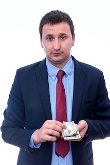 Uomo d'affari in vestito che tiene il pacco del dollaro in mani isolate su white