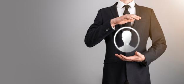 Uomo d'affari in vestito che dà l'icona della mano dell'utente. primo piano dell'interfaccia delle icone di internet. concetto di media di rete globale, contatto su schermi virtuali, spazio di copia