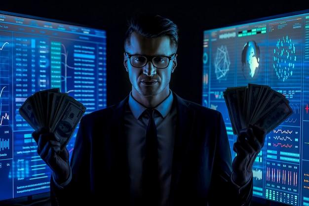 L'uomo d'affari in giacca e cravatta tiene i soldi in un laboratorio buio