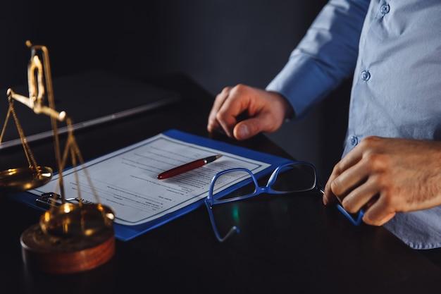 Uomo d'affari in tuta con documenti avvocato e avvocato isolati. assistenza legale.