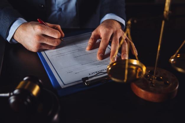 Uomo d'affari in tuta con documenti avvocato e avvocato isolati