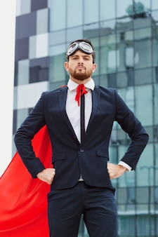 Uomo d'affari in un costume da supereroe.