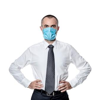 Maschera chirurgica da uomo d'affari per la protezione contro il virus del coronavirus covid 19. isolato su bianco.