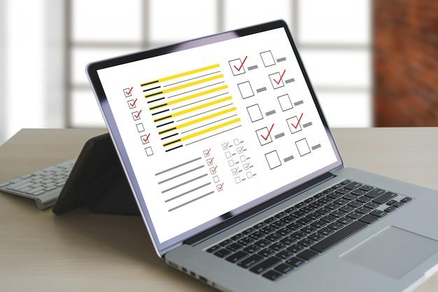 Concetto di scoperta di analisi di analisi e risultati di uomo d'affari