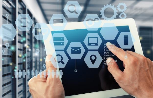 Uomo d'affari e tablet pc con icone di affari astratte su sfondo