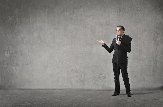 Uomo d'affari che parla in un microfono