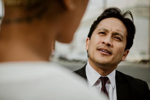 Uomo d'affari che parla con una donna