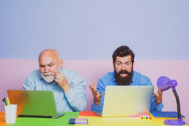 Lavoro di squadra dell'uomo d'affari e concetto di partnership due uomini d'affari che usano il computer insieme discutono di notizie...