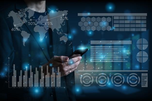 Fondo globale di concetto di media sociali dell'uomo d'affari e della tecnologia con l'uomo d'affari facendo uso del cellulare