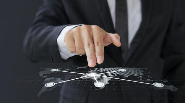 Mappa di mondo dello schermo digitale di tocco dell'uomo d'affari per trasporto