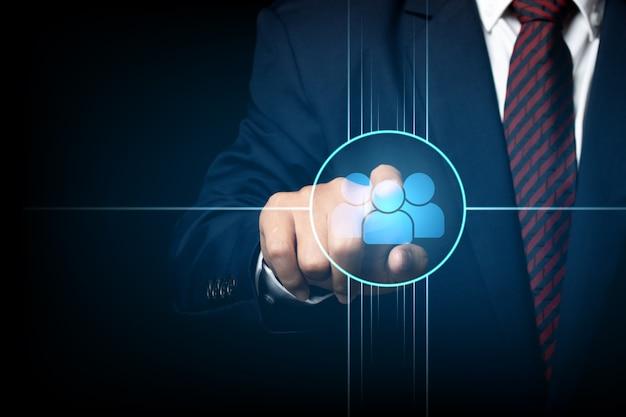 Schermo commovente dell'uomo d'affari, spingente su un'icona collegata insieme. cooperazione, lavoro di squadra, rete e concetto di comunità.