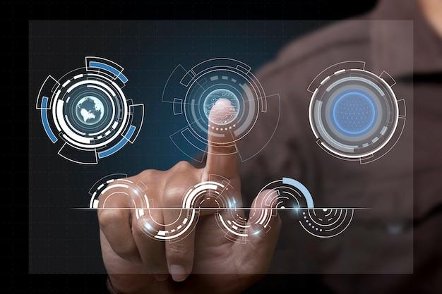 Uomo d'affari che tocca lo schermo, spingendo su un design tecnologico hi-tech digitale touch screen. innovazione di concetto.