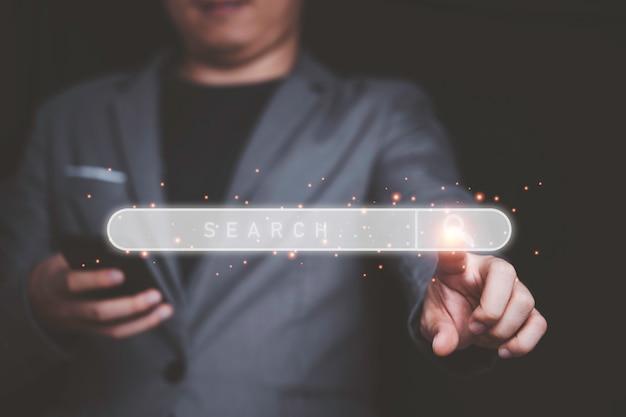 Imprenditore toccando la barra di ricerca per l'ottimizzazione dei motori di ricerca o il concetto di seo.