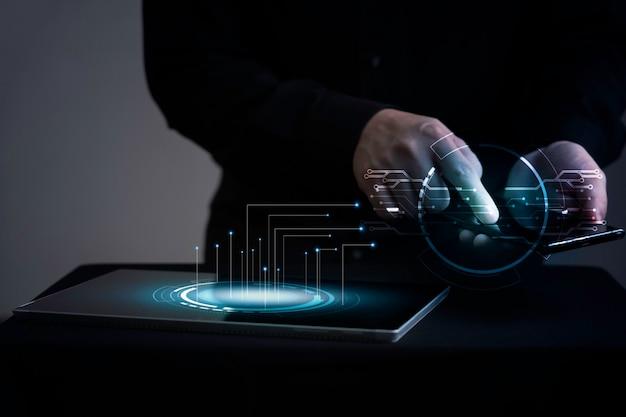 Uomo d'affari toccando lo schermo dello smartphone con grafica di trasferimento dati
