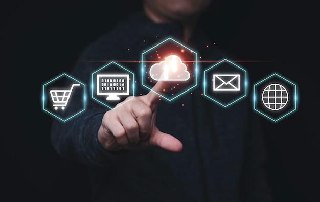 Uomo d'affari che tocca l'icona di cloud computing virtuale e icone di tecnologia aziendale, concetto di trasformazione tecnologica.
