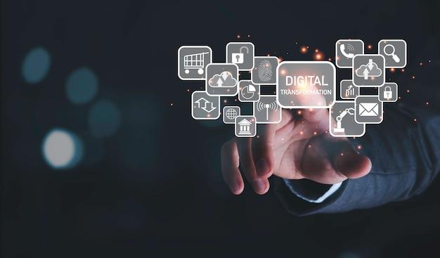 Uomo d'affari che tocca allo schermo virtuale di formulazione e icone di trasformazione digitale, informazioni sulla tecnologia aziendale e concetto di innovazione.