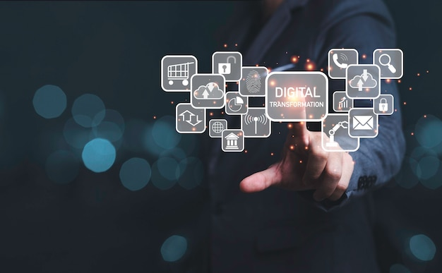 Uomo d'affari che tocca allo schermo virtuale della formulazione e delle icone di trasformazione digitale, informazioni sulla tecnologia aziendale e concetto di innovazione.