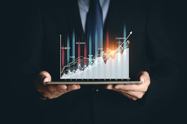 L'uomo d'affari o il commerciante sta mostrando uno stock di ologrammi virtuali in crescita, investi nel trading. pianificazione e strategia, mercato azionario, crescita aziendale, progresso o concetto di successo.