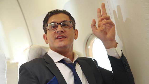 Uomo d'affari viaggia in viaggio d'affari in aereo. concetto di viaggiatore esecutivo.