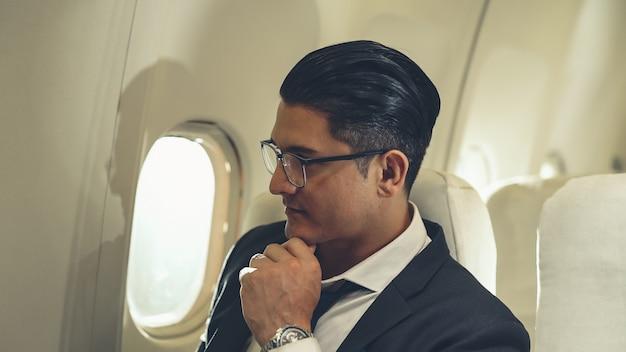 Uomo d'affari viaggia in viaggio d'affari in aereo