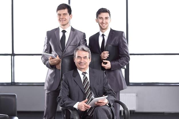 Uomo d'affari e due assistenti con respingenti. uomini d'affari