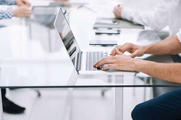 Uomo d'affari che digita sulla tastiera del computer portatile