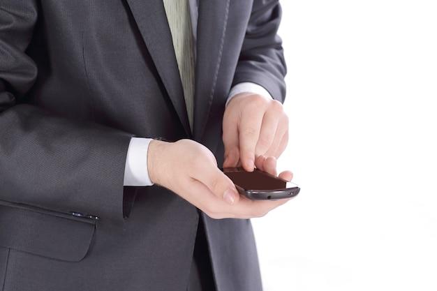 Imprenditore digitando sms su smartphone.