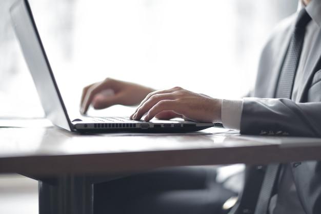 Imprenditore digitando il testo sul computer portatile