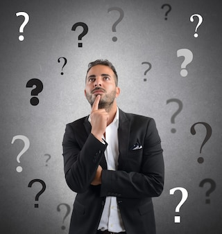 Uomo d'affari incerto e preoccupato per l'azienda