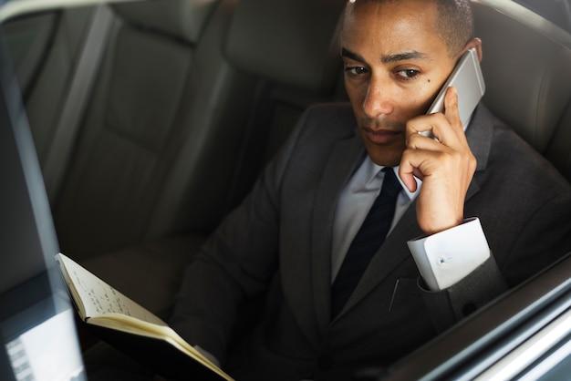 Uomo d'affari usa mobile talk car