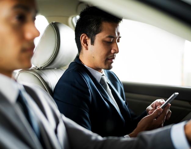 Automobile di using tablet inside dell'uomo d'affari