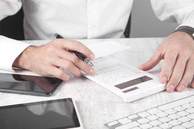 Imprenditore utilizzando la calcolatrice contabilità aziendale