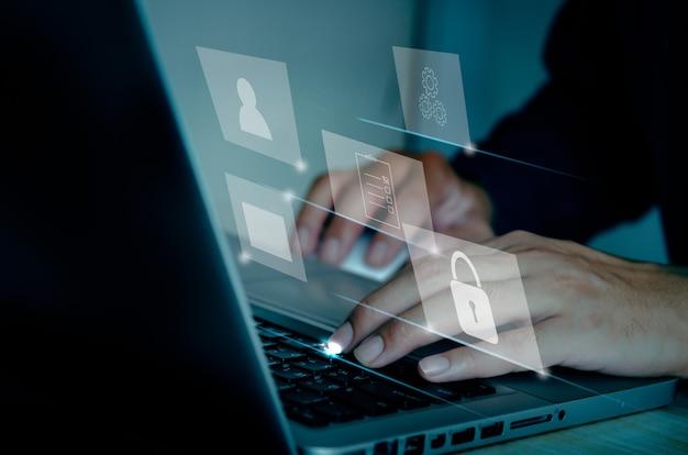 Uomo d'affari che utilizza il concetto di gestione dei documenti del computer portatile che lavora con le icone su uno schermo virtuale.