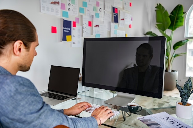 Uomo d'affari che utilizza lo schermo di un computer