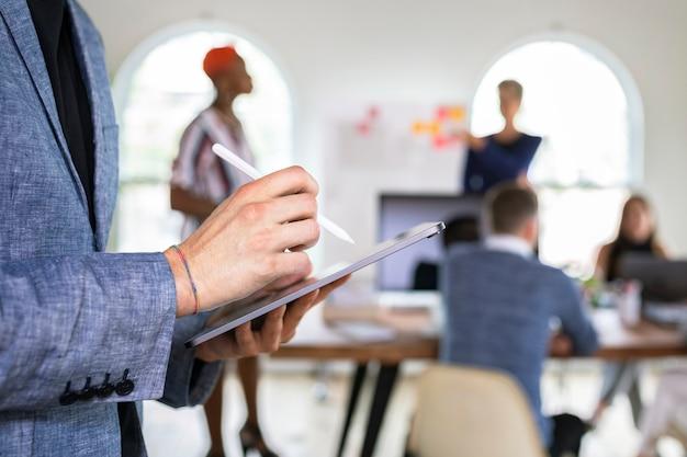 Uomo d'affari che utilizza una tavoletta digitale in un ufficio