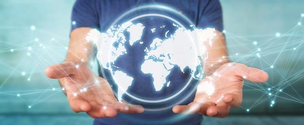 Uomo d'affari che usando l'interfaccia digitale della mappa di mondo