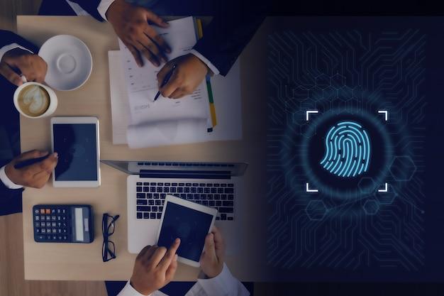 Imprenditore che utilizza l'impronta digitale per accedere alla tecnologia contro l'identificazione digitale dell'impronta digitale business safety internet scansione futuro della sicurezza e password