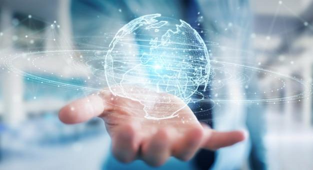 Uomo d'affari facendo uso dell'ologramma della rete del globo con la rappresentazione della mappa 3d di europa