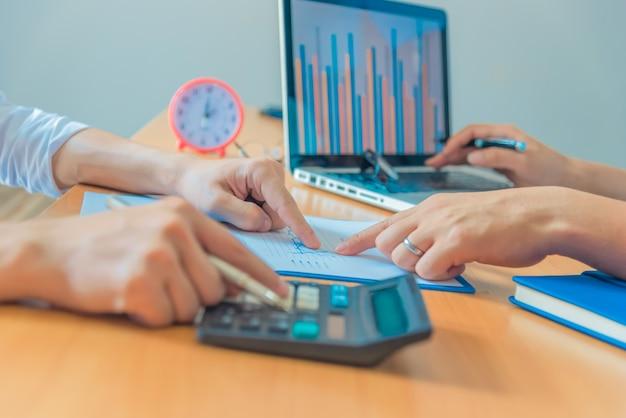 Uomo d'affari che utilizza un computer portatile per l'analisi di marketing.