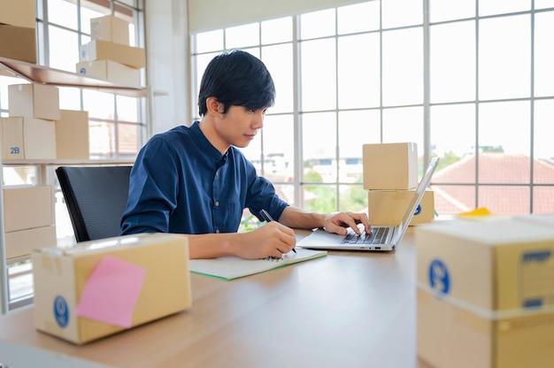 Imprenditore utilizzando laptop controllo contatto cliente per vendere online
