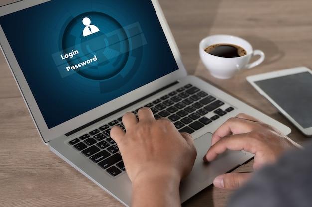 Uomo d'affari utilizzando la tecnologia dell'interfaccia di accesso