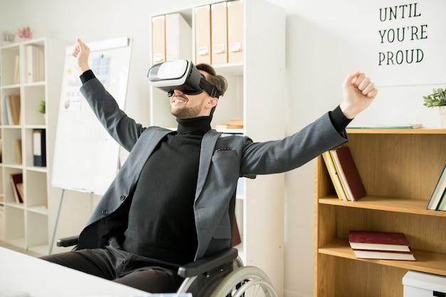 Uomo d'affari utilizzando gadget moderni