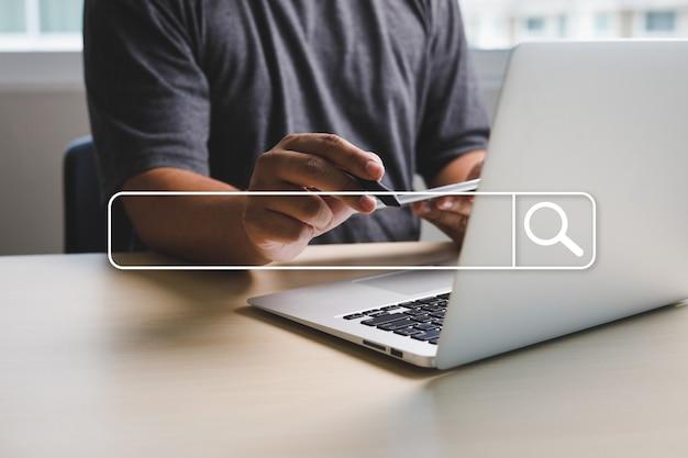 Imprenditore utilizzando la ricerca di navigazione internet delle cose (iot) rete internet per la ricerca di dati di navigazione internet