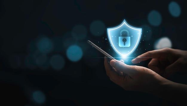 Uomo d'affari che utilizza lo smartphone per inserire il codice di accesso o la password per l'accesso al telefono cellulare, concetto di tecnologia di sicurezza.